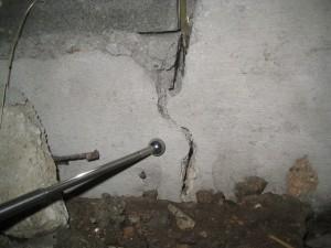 基礎が外側からはあまり目立たないが床下に潜てみるとかなり割れている