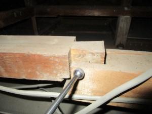 屋根裏の構造材の接続部分が地震などの影響で暴れて外れそうになっている