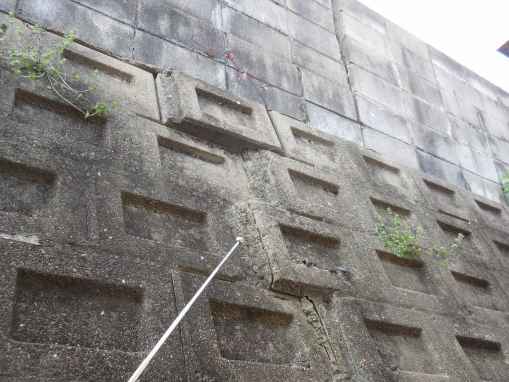 擁壁が膨らんで危険な状態にある